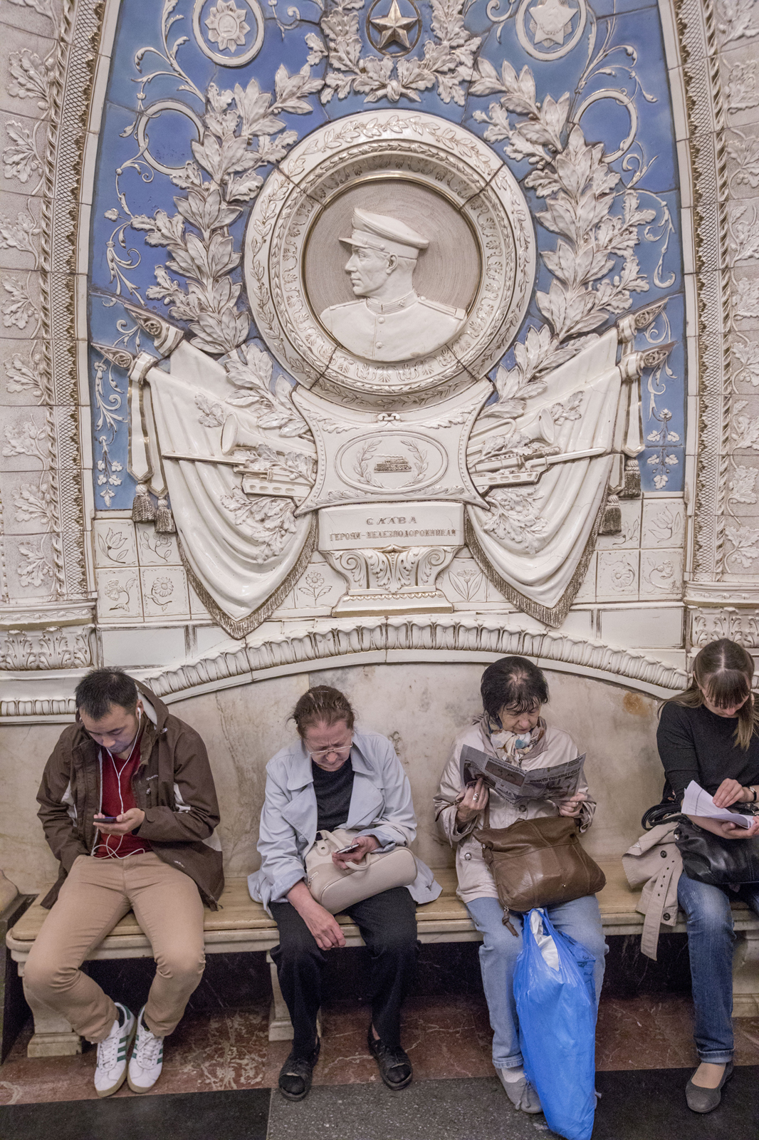 Станция «Таганская», открывшаяся в 1950 году: роскошная мозаика послевоенных лет напоминает о Второй Мировой войне.