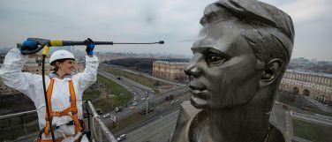 Памятник Юрию Гагарину в Москве помыли оборудованием «Керхер»